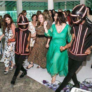 Denise Grassi celebra mais uma primavera na companhia de 100 amigas