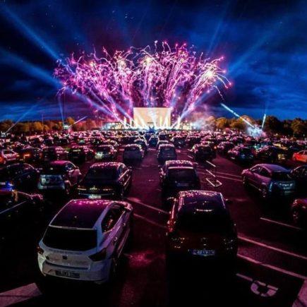 """O retorno do Drive-in: um estacionamento divertido e de """"encontros"""" em meio a Pandemia"""