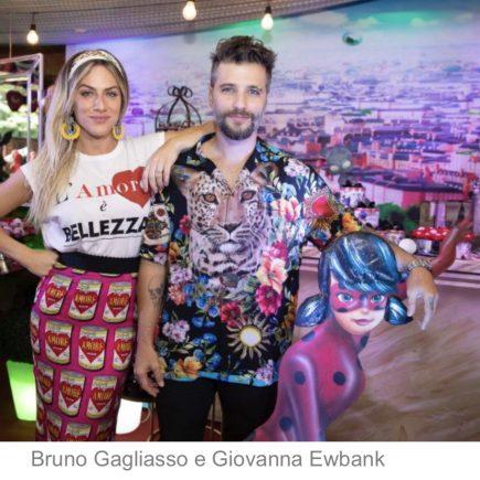 Titi ganha café da manhã para comemorar seu aniversário com os Pais Bruno Gagliasso e Giovanna Ewbank