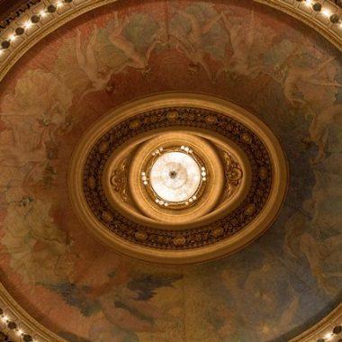 Manutenção e restauro na sala de espetáculos do Theatro Municipal Lustre principal e anel central do teto serão reparados em quinze dias