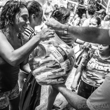 Grupo Família na Mesa doa 2,5 ton de alimento para moradores da Rocinha com apoio do Fashion Mall