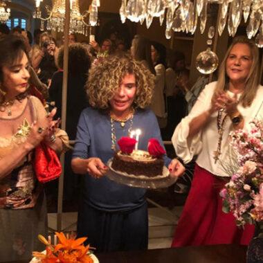 Maninha Barbosa comemora aniversário cercada de amigas