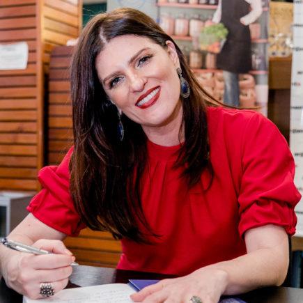 Chef Mariana Vidal lota livraria Argumento com lançamento de livro de crônicas e receitas, sobre Lisboa