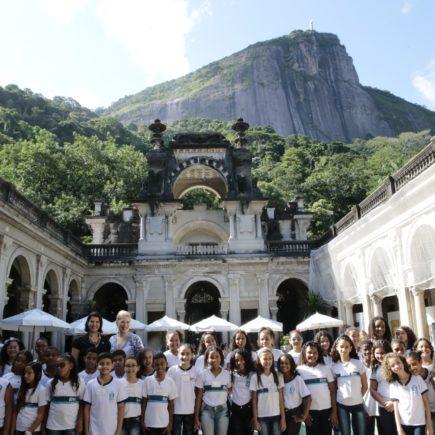 Cantora lírica americana vem ao Brasil para única apresentação no Theatro Municipal do RJ e participa de ação social no Parque Lage e Cristo