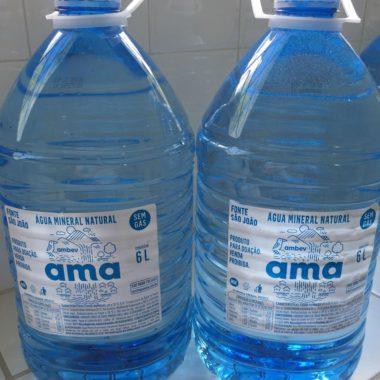 AMA, marca de água mineral da Cervejaria Ambev, vai doar 30 mil galões para moradores do Complexo do Alemão
